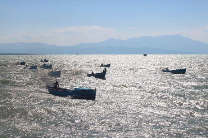 Balıkçılar tekneleriyle yarıştı