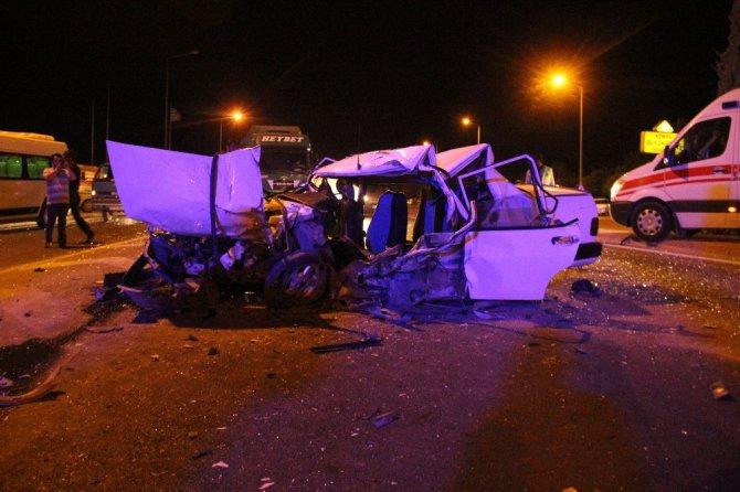 Karşı şeride geçen otomobil hafif ticari araçla çarpıştı: 1 ölü 7 yaralı