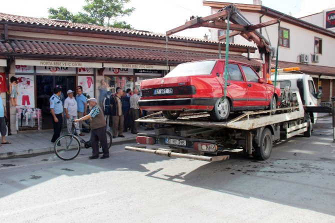 Drift yaparken kaza yapan kadın sürücü otomobili yakmaya çalıştı