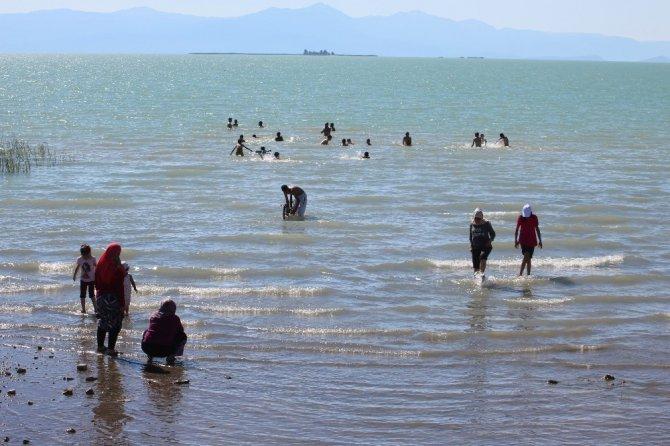 Beyşehir'de çocuklar için oluşturulan kumsaldan yetişkinlerde faydalanıyor