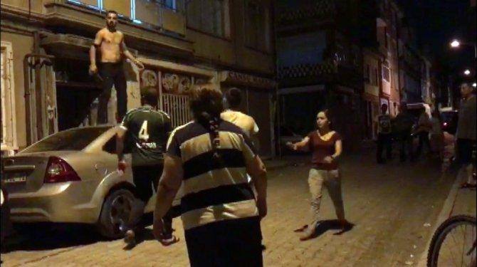 Alkollü şahıs araçların üzerine çıkarak kendini kesmek istedi