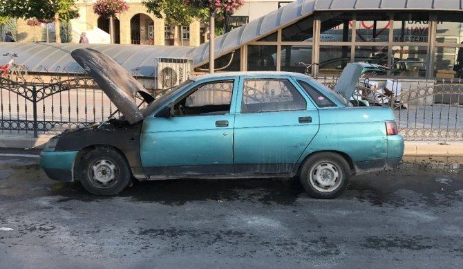 Kırmızı ışıkta bekleyen otomobil alev alev yandı