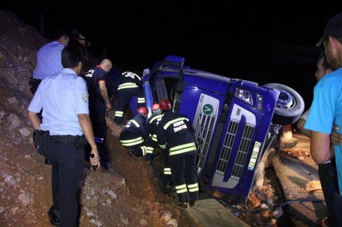 Emniyet kemeri takmayan sürücü tır altında sıkıştığı yerden 2 saatte kurtarıldı