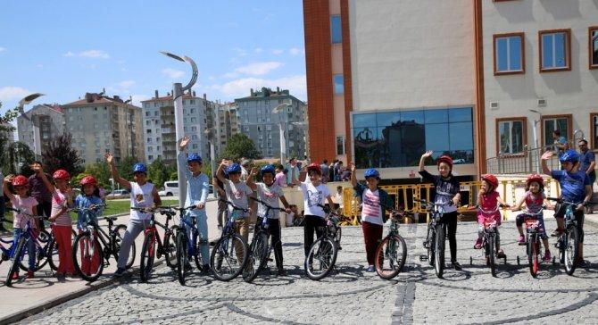 Konya'da 40 gün camiye giden çocuklar bayram hediyelerini aldı