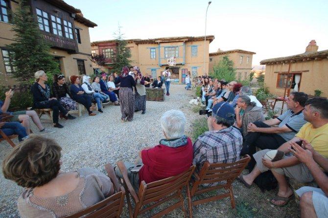 Sanatçıların köyünde 'güvey okşaması' canlandırıldı