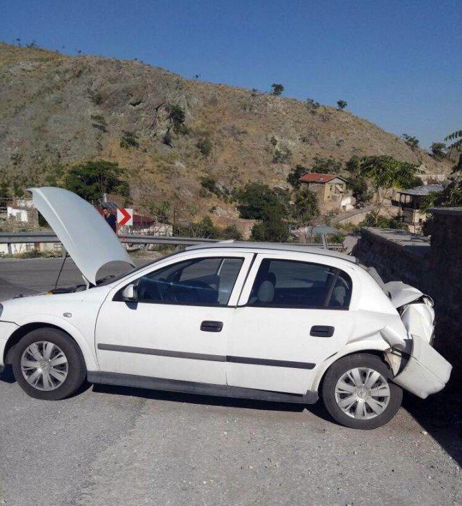 Freni boşalan otomobil duvara çarptı: 2 yaralı