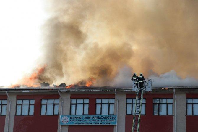 Okulların açılmasına bir hafta kala İmam Hatip Lisenin çatısı yandı