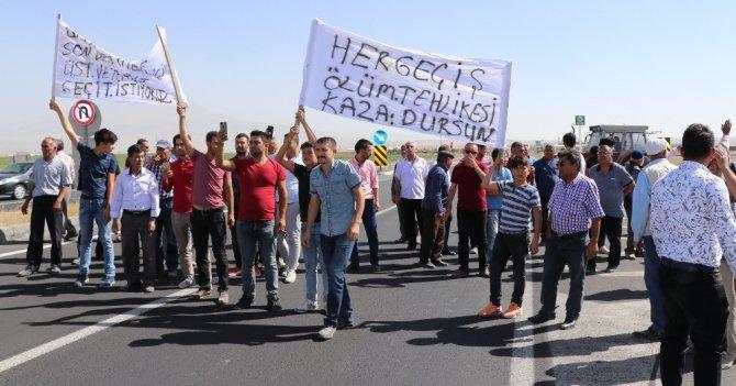 Aksaray'da köy halkı karayolunu trafiğe kapattı