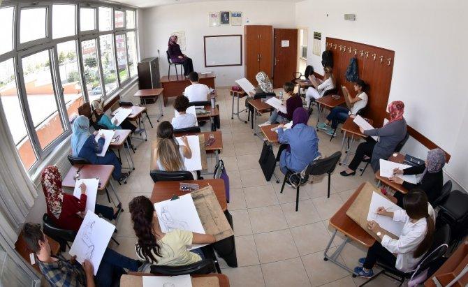 Öğretmen adayları KOMEK ve ASEM'de yeni açılan merkezler için ter döktü