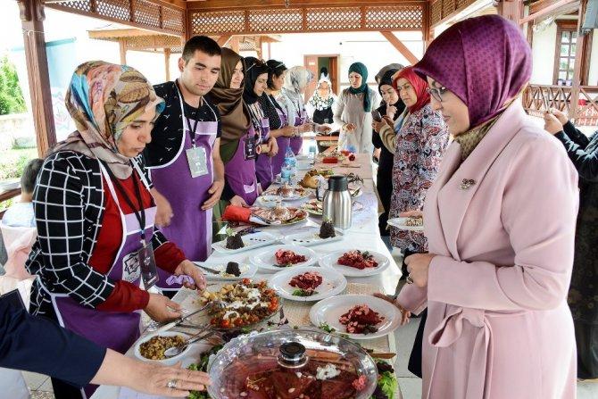 Konya'da bayat ekmekten yemek yarışması yapıldı