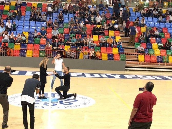 Basket maçının devre arasında evlenme teklifi