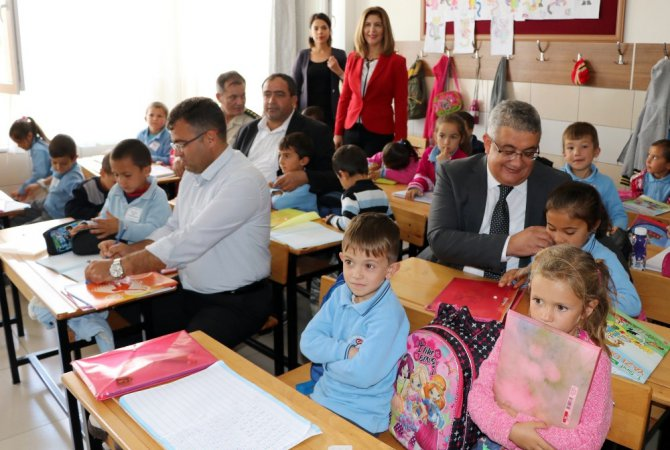 Minik öğrencilerle aynı sıraları paylaşıp ders dinlediler