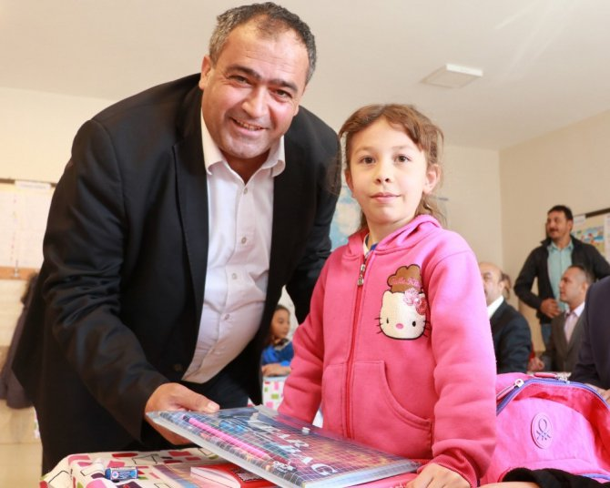 Köy okullarında eğitim gören minik öğrencilere kırtasiye yardımı