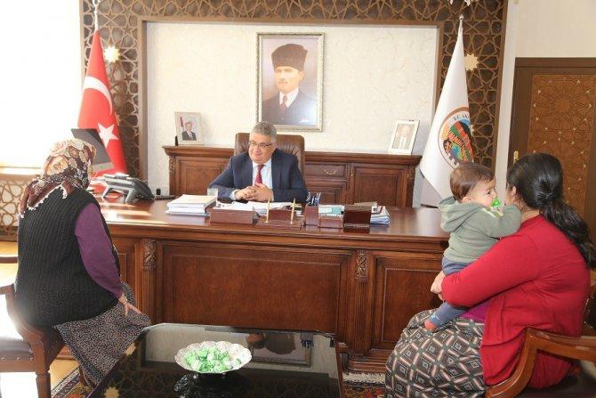 Vali Pekmez halk günü toplantısında vatandaşların sorunlarını dinliyor