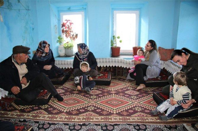 Vali eşi Pekmez şehit ailelerini ziyaret ediyor
