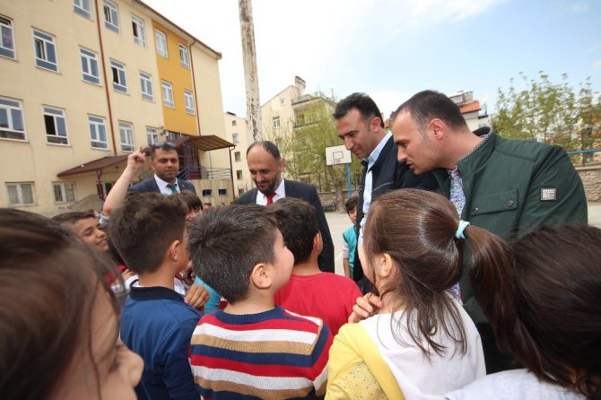 Okulları ziyaret eden Özaltun'dan öğrencilere müjde
