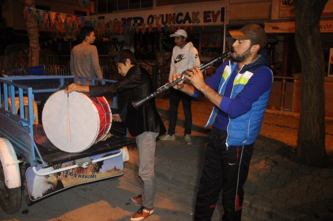 Ramazan davulcuları triportörle mesaiye başladı