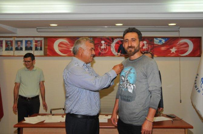 Akşehir Belediyesinden dünya şampiyonu Bacılı'ya ödül