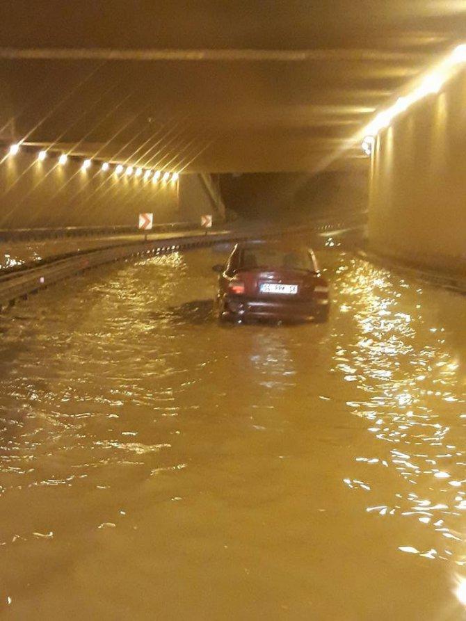 Konya'da sağanak yağmur sele dönüştü