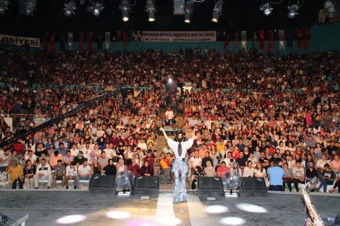 Derya Uluğ Akşehir'de hayranlarını coşturdu