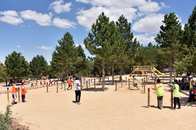 Öğrenciler yaz kampında hem eğleniyor hem öğreniyor