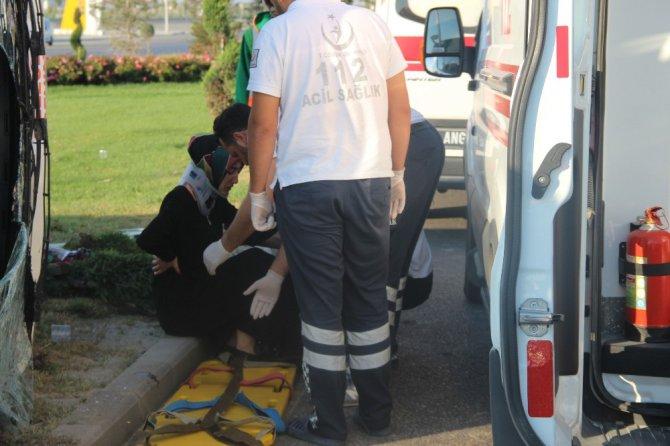 Servis midibüsü devrildi: 4 yaralı