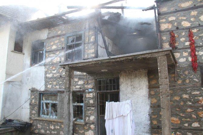 Babasının evini ateşe verdi, silah doğrultup kimseyi yaklaştırmadı