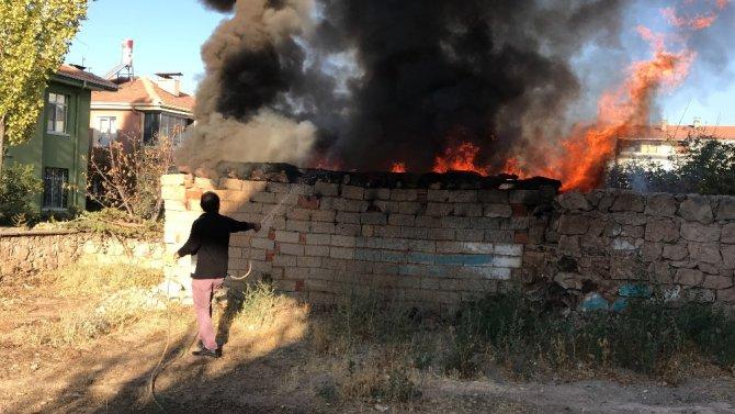 Odunlukta çıkan yangına hortumlu müdahale