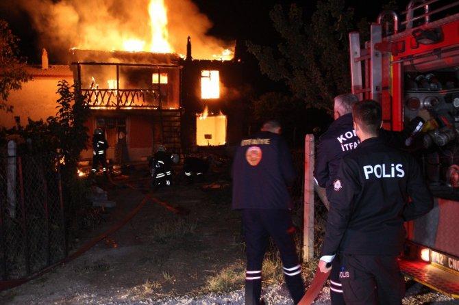 İki katlı bağ evi alev alev yandı