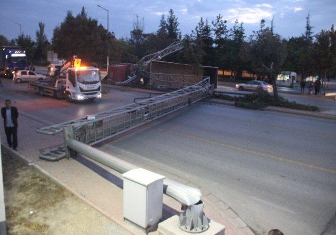 Damperi açılan kamyon çarptığı EDS direğiyle birlikte devrildi