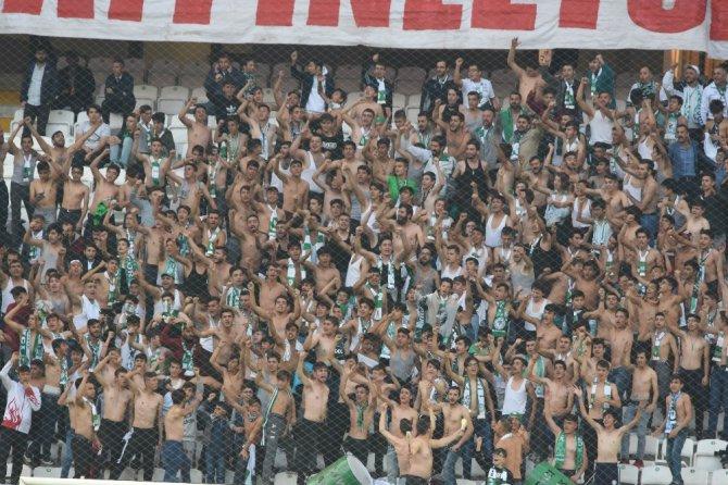 Konyaspor taraftarı maçı çıplak izledi