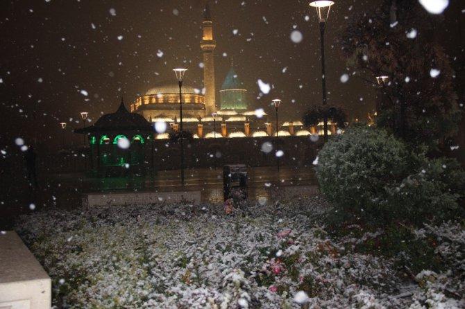 Konya kent merkezine mevsimin ilk karı düştü