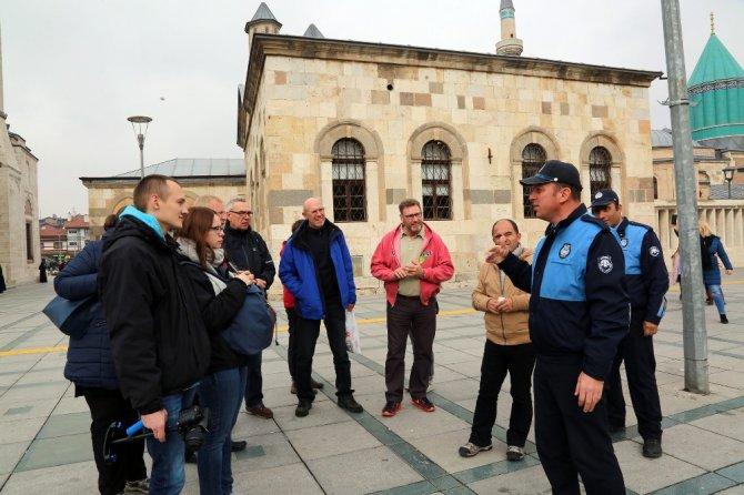 Büyükşehir Turizm Zabıtası ziyaretçilere rehberlik ediyor