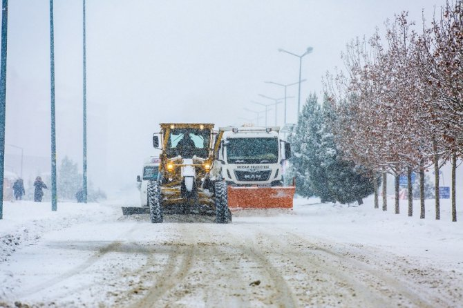 Meram'da ekiplerir kar mesaisi sürüyor