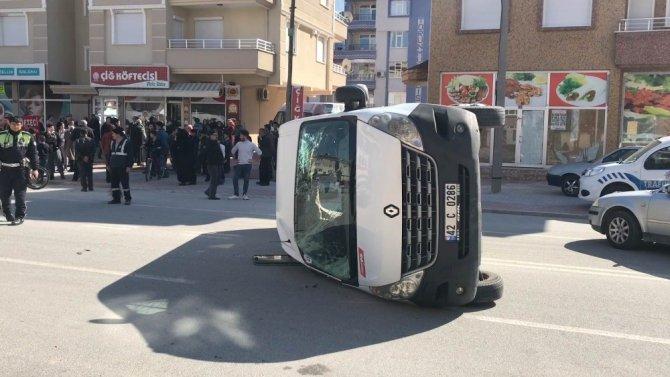 Öğrenci servisi ile otomobil çarpıştı: 8 yaralı