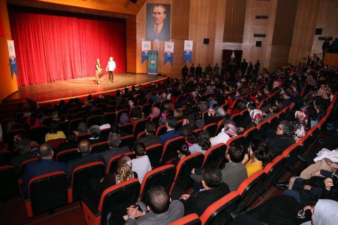 """Aksaray'da """"Benimle Delirir Misin?"""" tiyatro oyunu sahnelendi"""