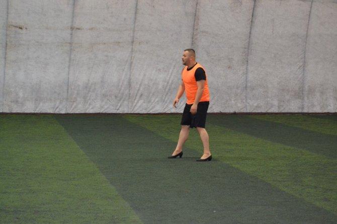 Topuklu ayakkabı ve babet giyen erkekler kadın futbolcularla maç yaptı