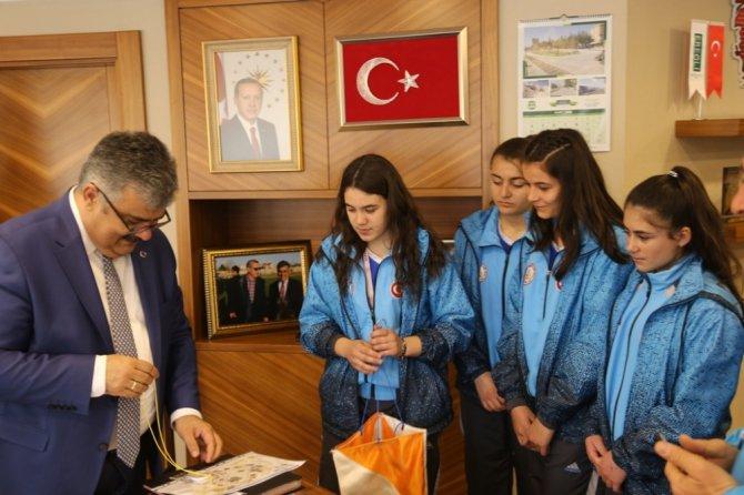 """Başkan Özgüven: """"Okullarımızın ve öğrencilerimizin her zaman yanındayız"""""""