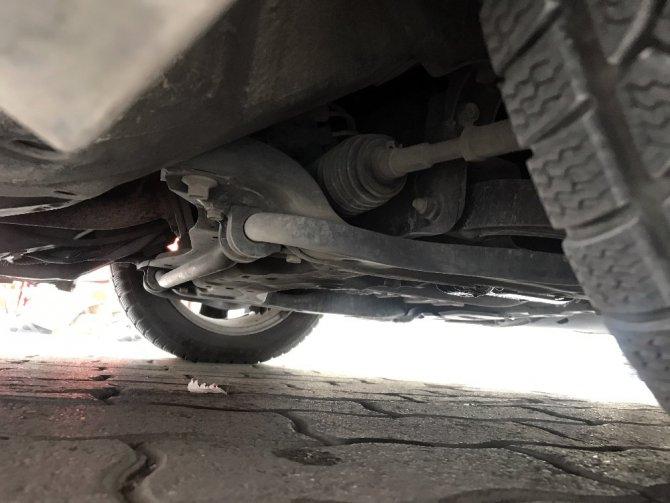 Otomobilin motoruna giren kedi, yakalanması bulunan otomobili ele verdi