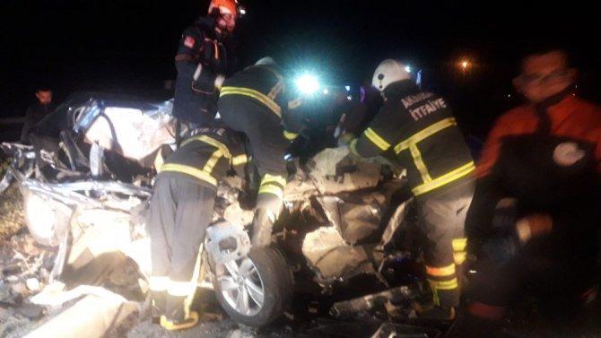 Tıra çarpan otomobilin sürücüsü araçta sıkıştı