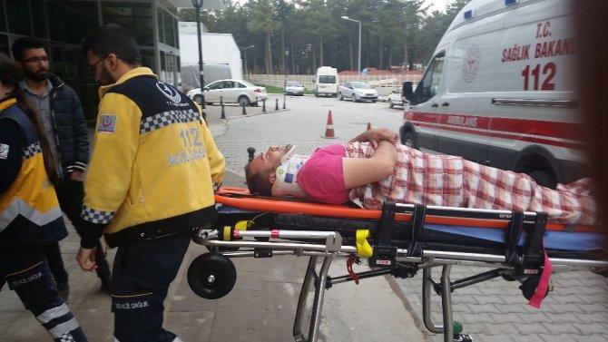 Konya'da refüje çarpan tır devrildi: 1 yaralı