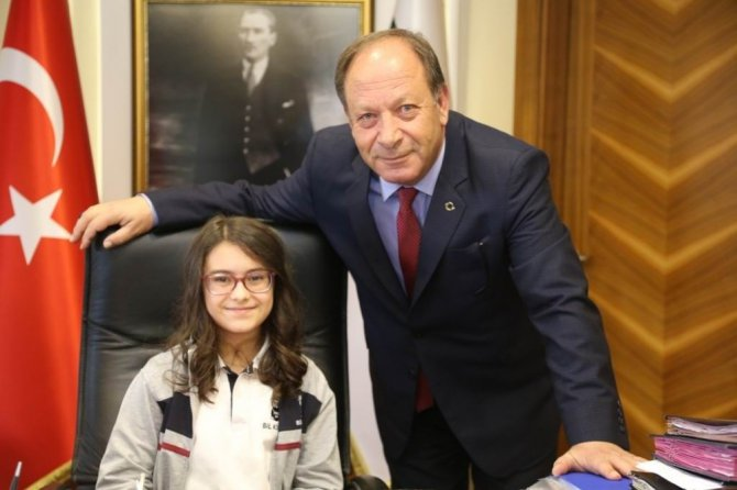 Başkan Oprukçu, makamını minik Ceren'e devretti