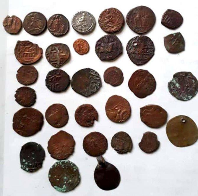 Tarihi bronz ve gümüş sikkeleri satmak isterken yakalandılar