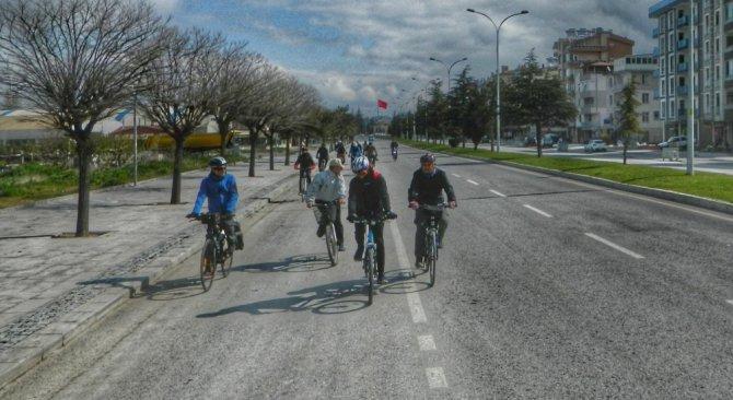 Beyşehir'de bisikletseverler çocuklar için pedal çevirdi