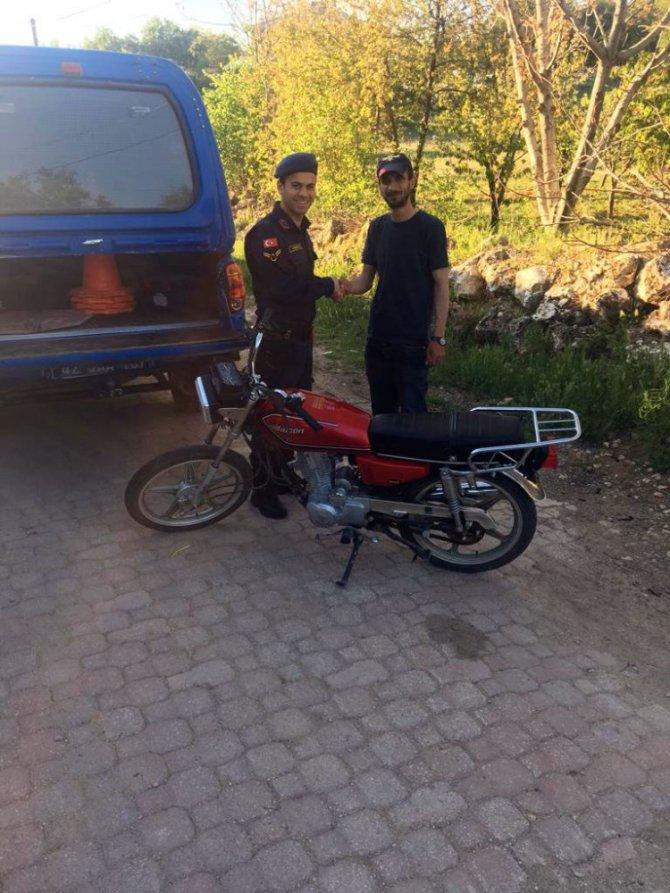 Jandarma çalıntı motosikleti bularak sahibine teslim etti