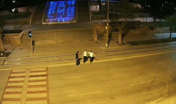 3 kişinin yolun ortasındaki tehlikeli oyunu kamerada