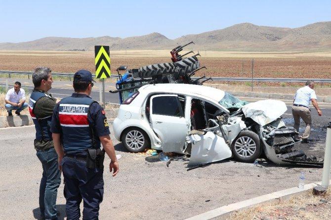 Traktör ile otomobilin çarpıştığı kazada genç kız kurtarılamadı