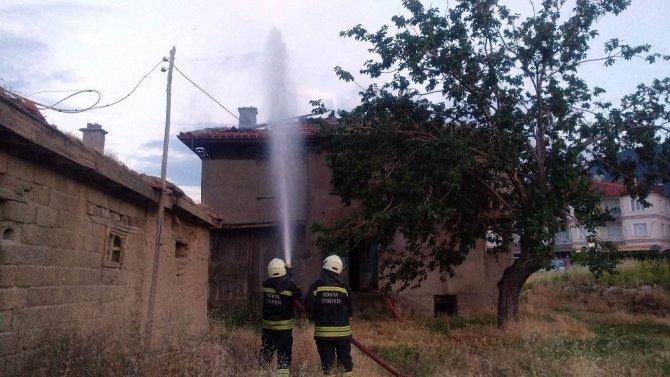 Boş evde çıkan yangını itfaiye söndürdü