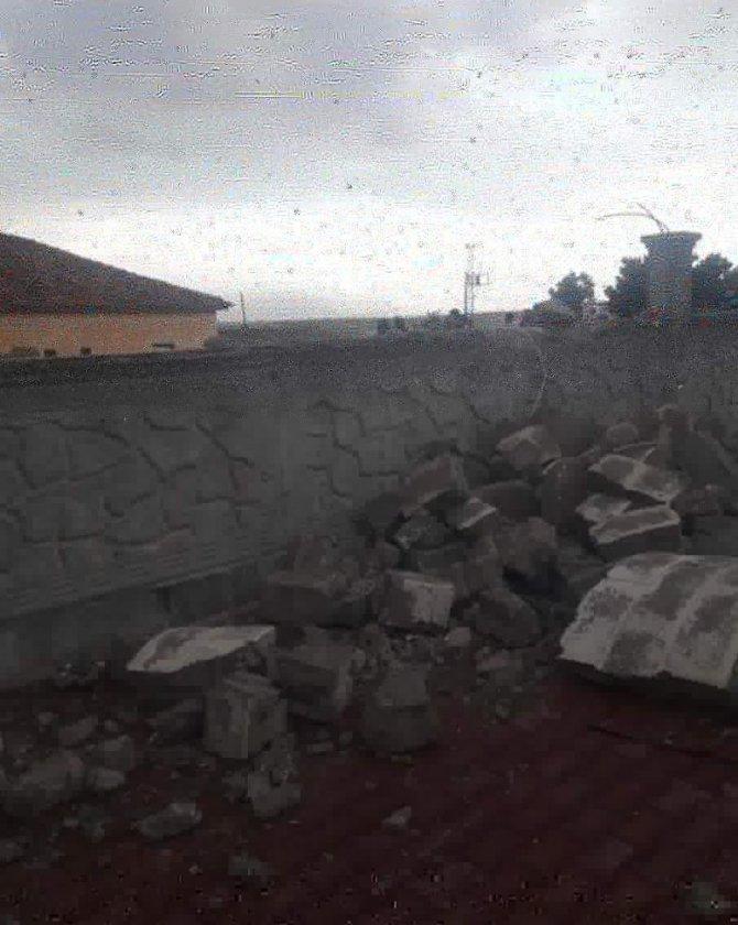 Aksaray'da şiddetli rüzgar ve kum fırtınası caminin minaresini yıktı