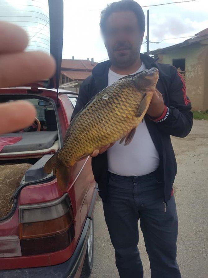 Yasak dönemde avladığı balıkla çektiği fotoğrafı paylaşınca cezayı yedi